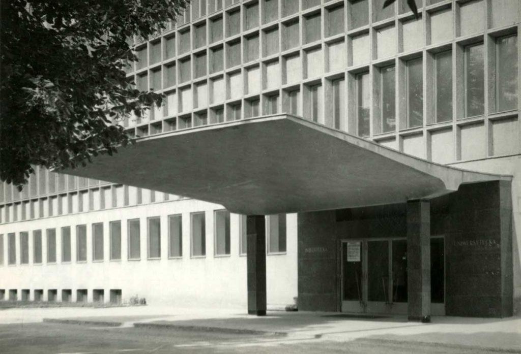 Zdjęcie Ignacego Płażewskiego przedstawiające główne wejście dobudynku  biblioteki Uniwersytetu Łódzkiego odul. Matejki, ok. 1970 roku. Zezbiorów MMŁ.