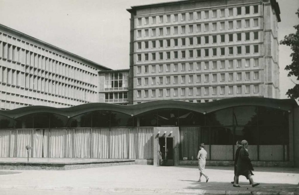 Zdjęcie Ignacego Płażewskiego przedstawiające budynek  biblioteki Uniwersytetu Łódzkiego odul. Narutowicza, ok. 1970 roku. Zezbiorów MMŁ.