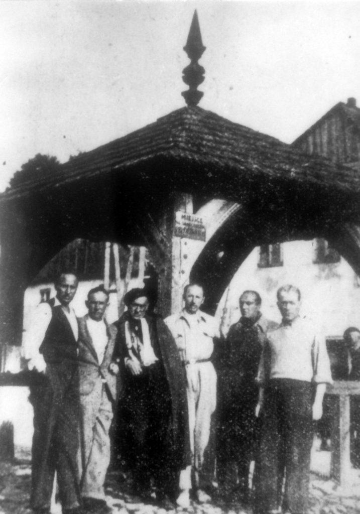 Nazdjęciu grupa artystów wKazimierzu Dolnym nadWisłą. Drugi itrzeci odlewej: Henoch (Henryk) Barczyński iIcchok (Wincenty) Brauner. Lata 30. XX wieku, fotograf nieznany