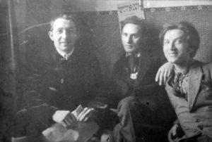 Nazdjęciu założyciele grupy Jung Idysz. Odlewej: Marek Szwarc, Jankiel Adler iMojżesz (Mosze) Broderson (Broderzon, Brodersohn).  Łódź 1919, fotograf nieznany.