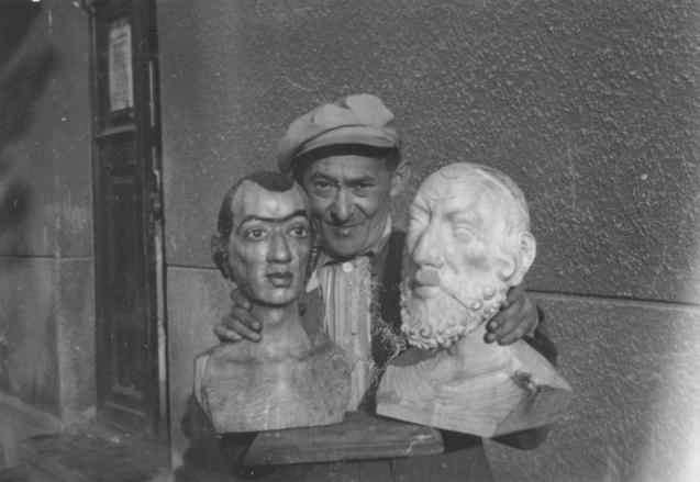 """Icchok (Wincenty) Brauner zrzeźbami wschodnioeuropejskich żydów, stworzonymi dla departamentu """"naukowego"""" wgetcie łódzkim, fotograf nieznany, zezbiorów Archiwum Państwowego wŁodzi"""